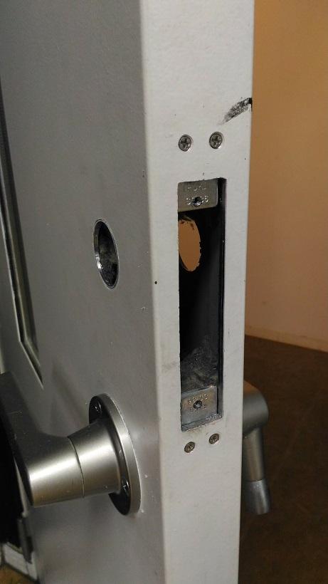 切欠き加工後(錠前を固定するための段付け金具を設置)