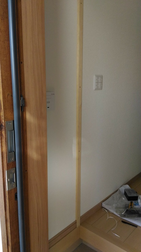 防衛くんの枠の幅と巾木の厚さに合わせた板を設置