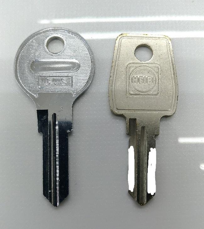 左がブランクキー、右が元鍵