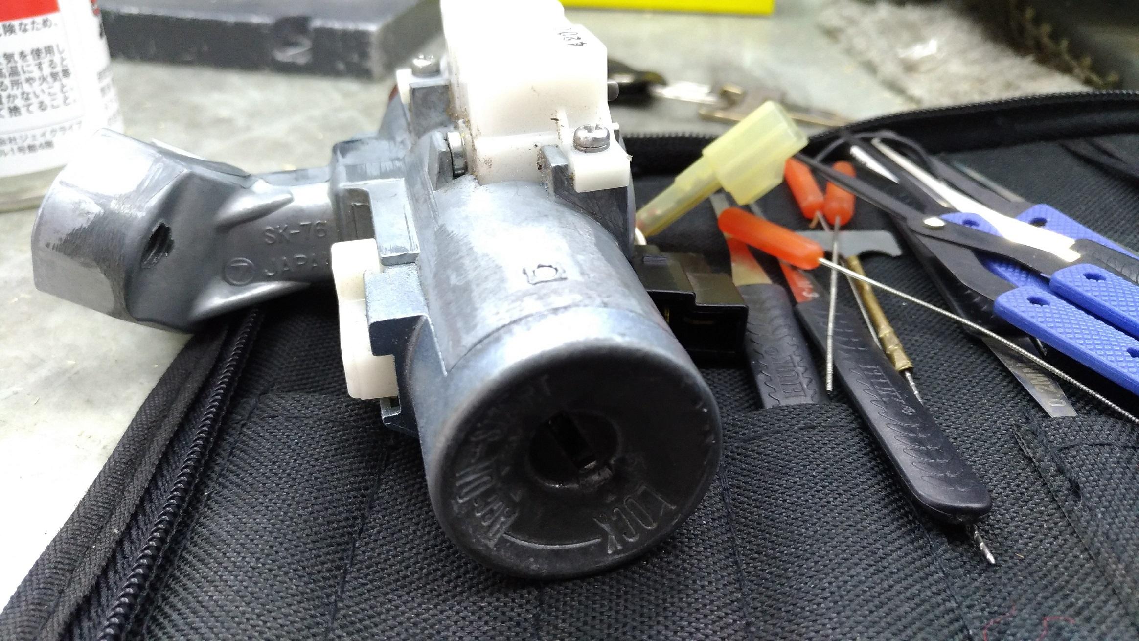 イグニッションシリンダーの奥まで折れた鍵が入ってしまっています。
