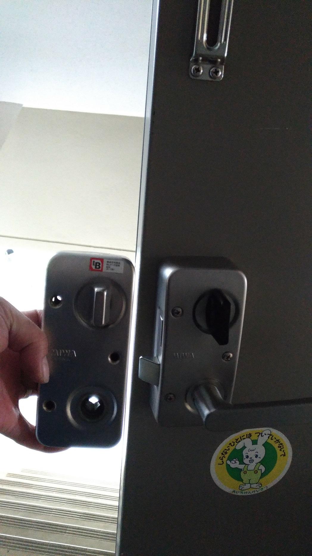 左が古い本体で右が新しい本体。サムターンが樹脂製になります。
