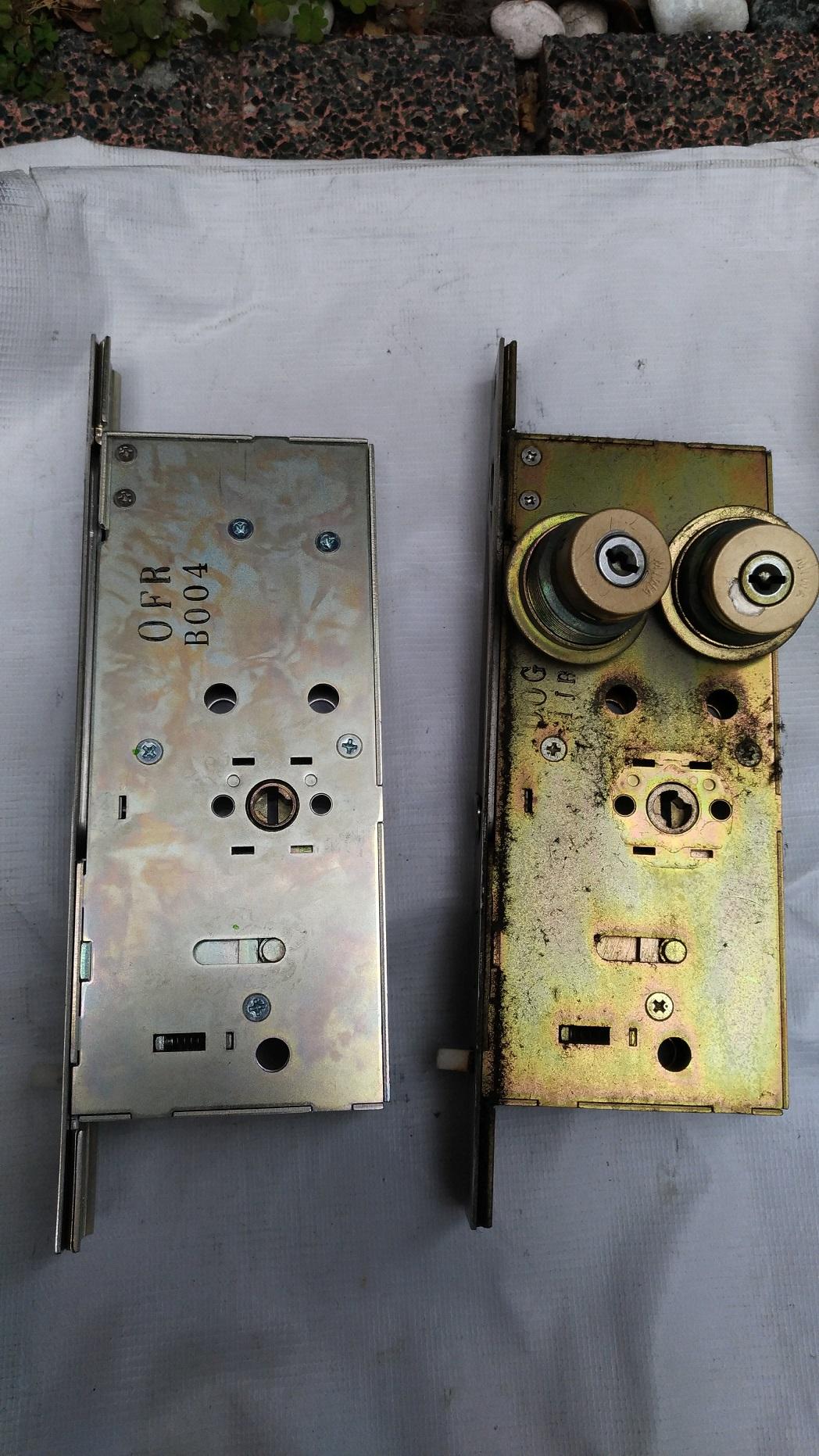 右が73シリンダーと古い錠ケース