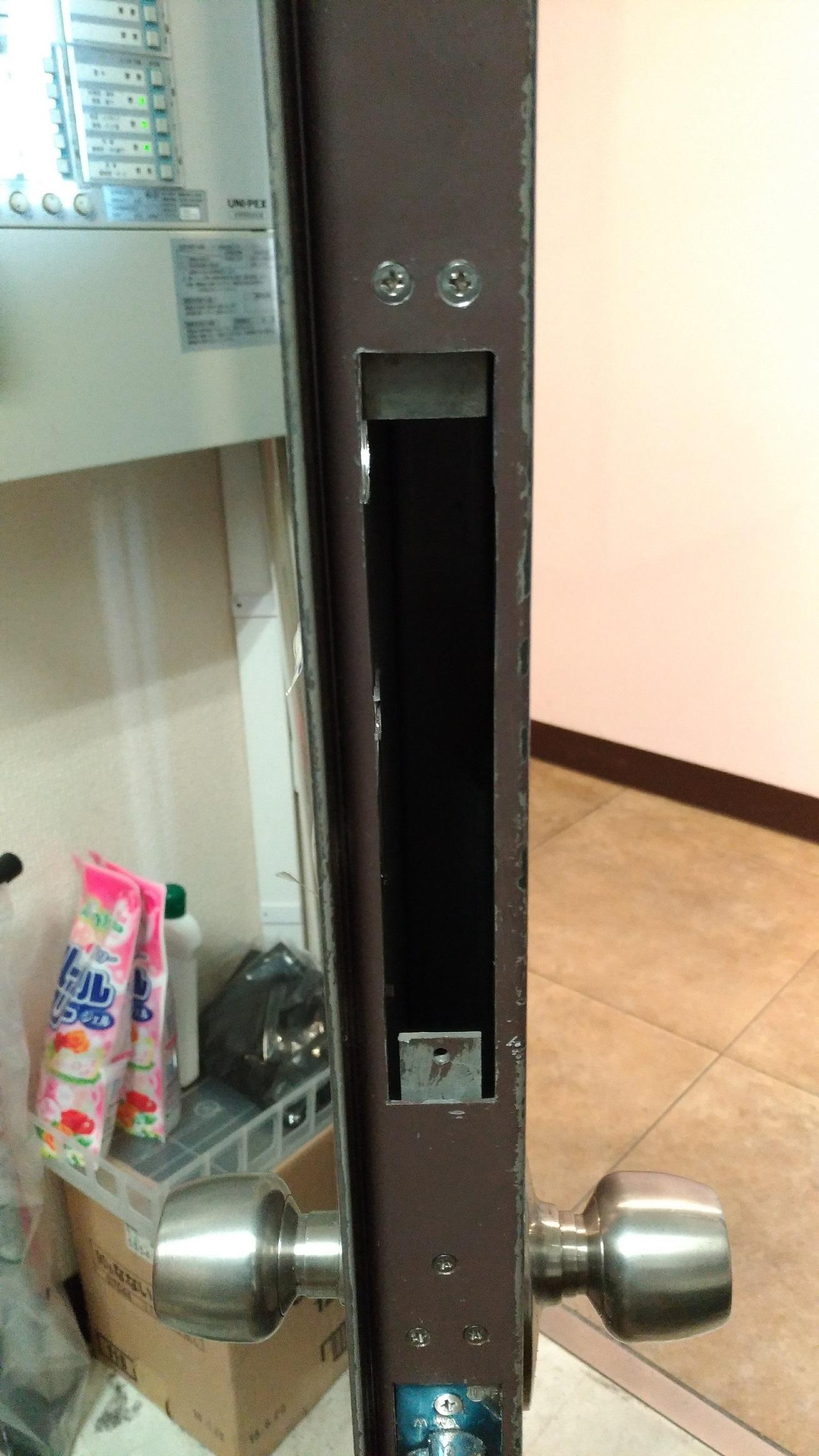 TK4LTの錠ケースが収まるように開口部を広げ段付け金具を取付け