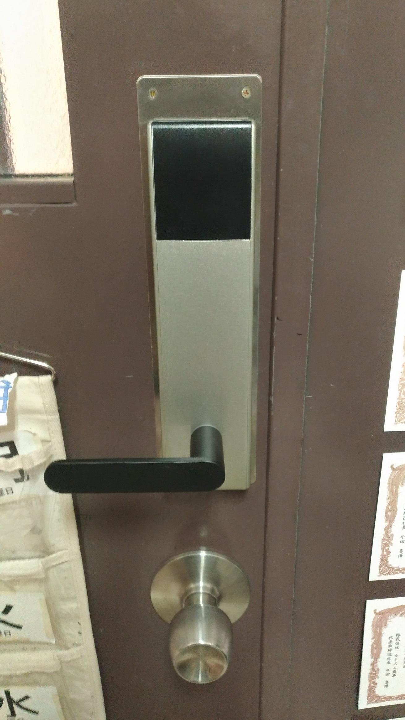 作業後室内側(開けたい場合はレバーを押し下げるだけのためサムターンはありません)