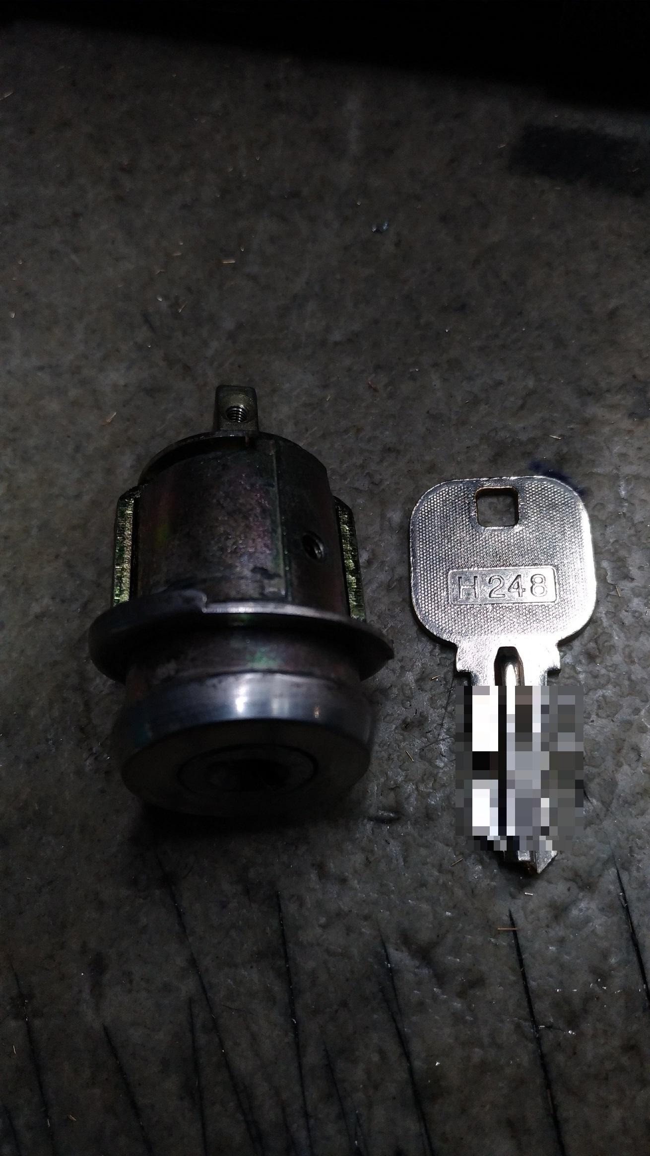 折れた鍵が一番奥まで入っています。ブランクキーの持つ部分にH248の刻印がありますね。