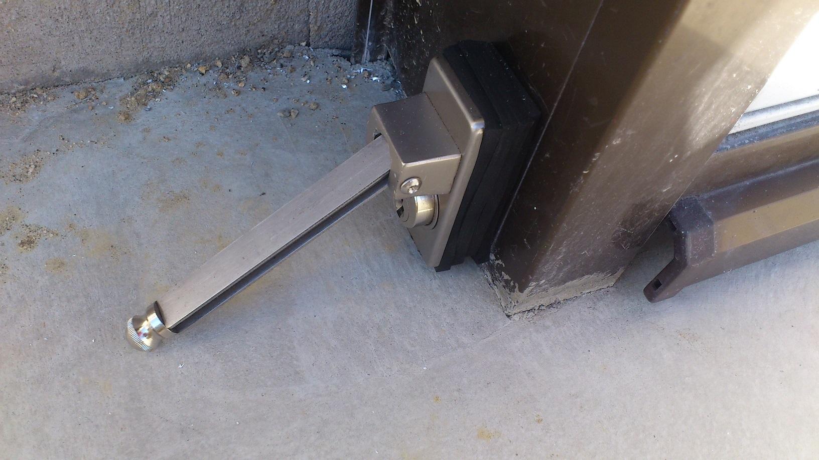 解錠時は鍵を回してから棒を引き出します。