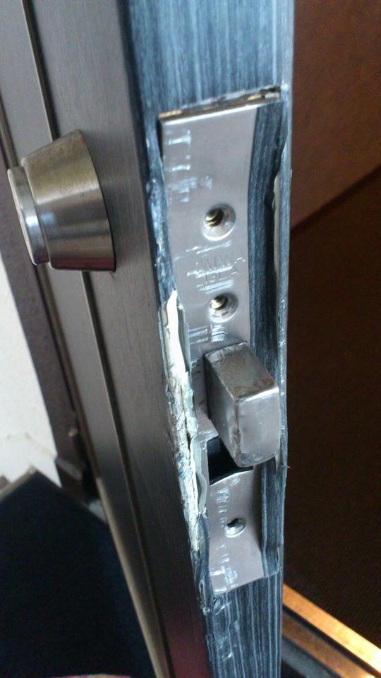 デッドボルトはあまり損傷していませんが変形しているので動かせません。