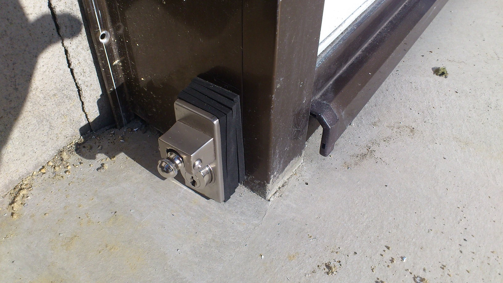 施錠時は棒を差し込んでから鍵を回します。