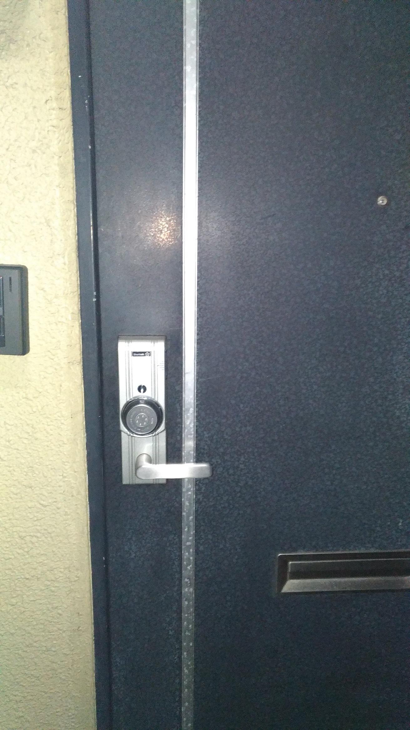 横からカードを挿して中央のホイールを回すと施解錠できるタイプです。