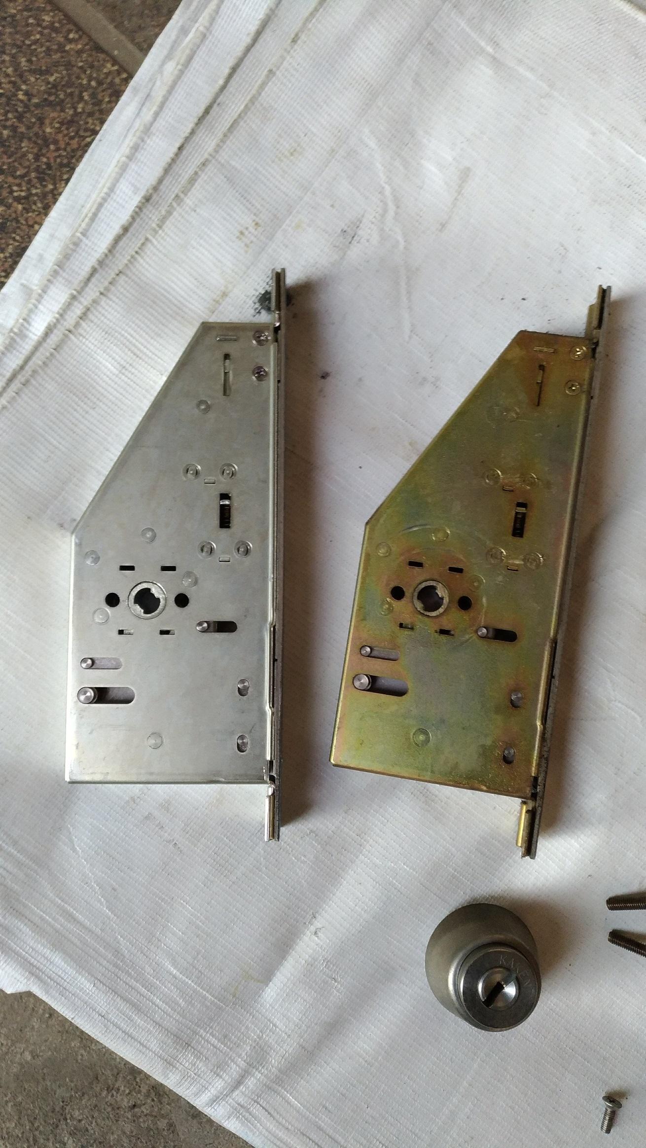 左が新しい錠ケースです。