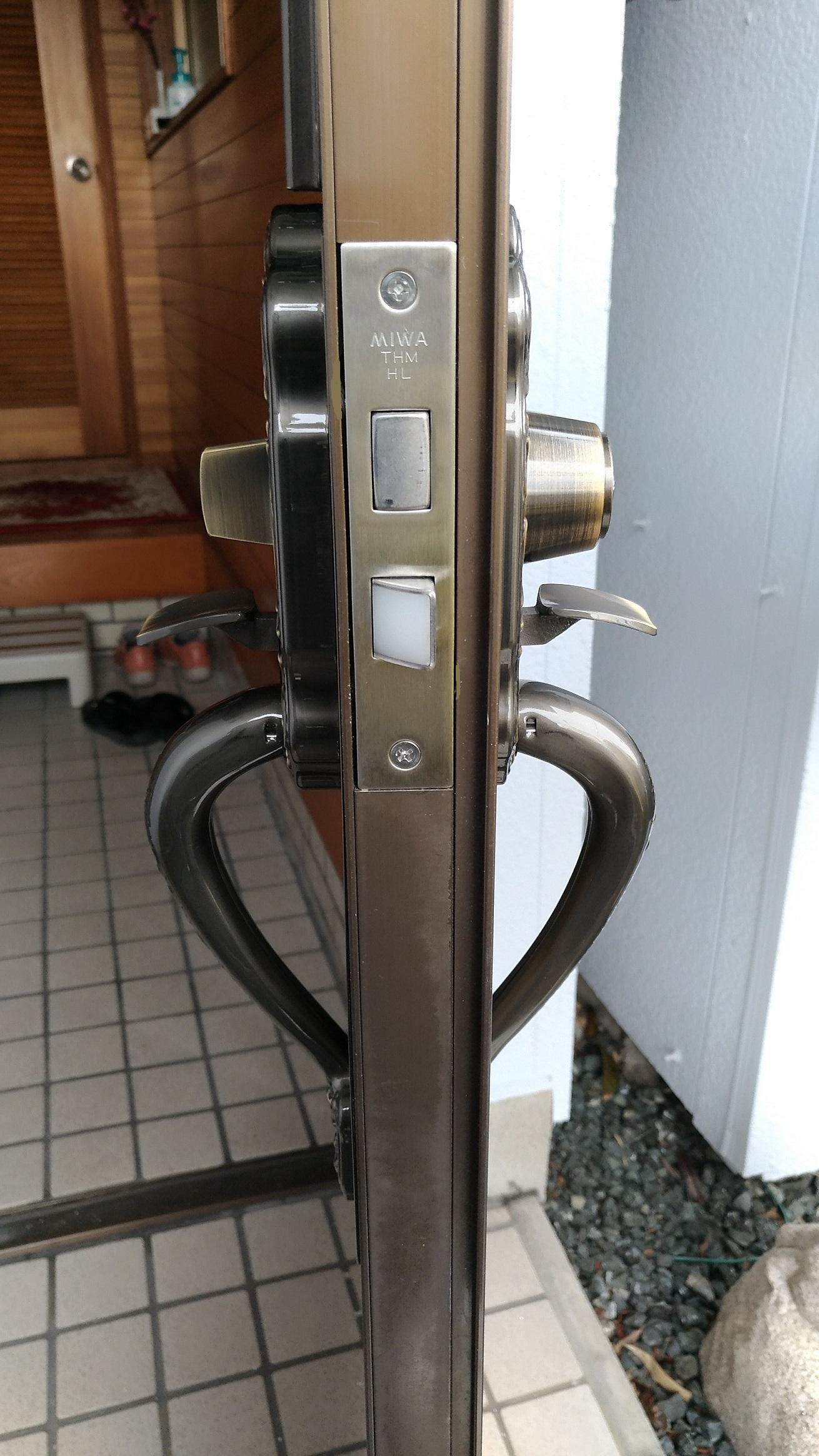 THMT-1LSはGB-50と違って室内側もサムラッチ錠になっています。