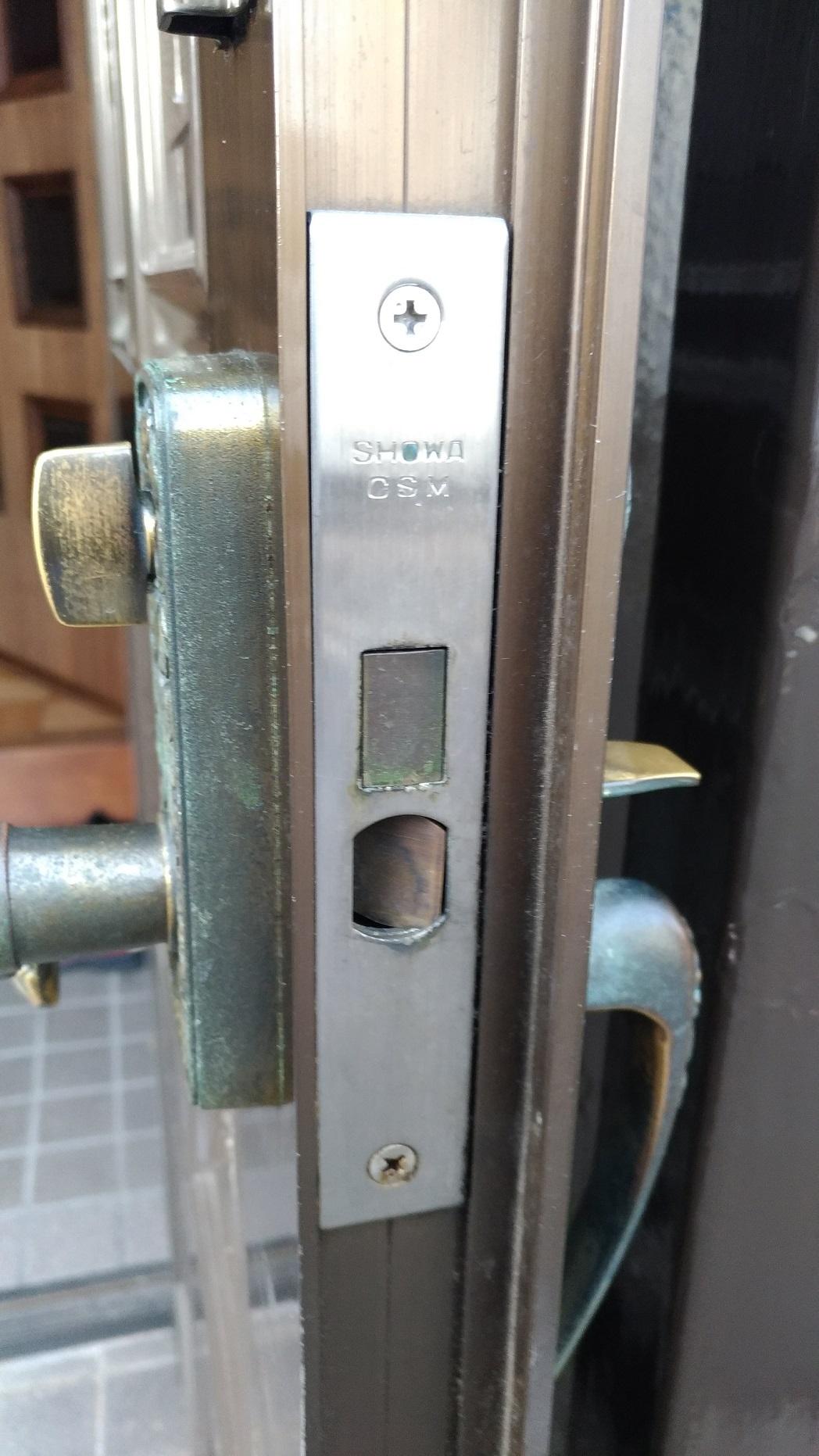 フロント刻印は「SHOWA CSM」常にラッチが引っこんでいる状態です。