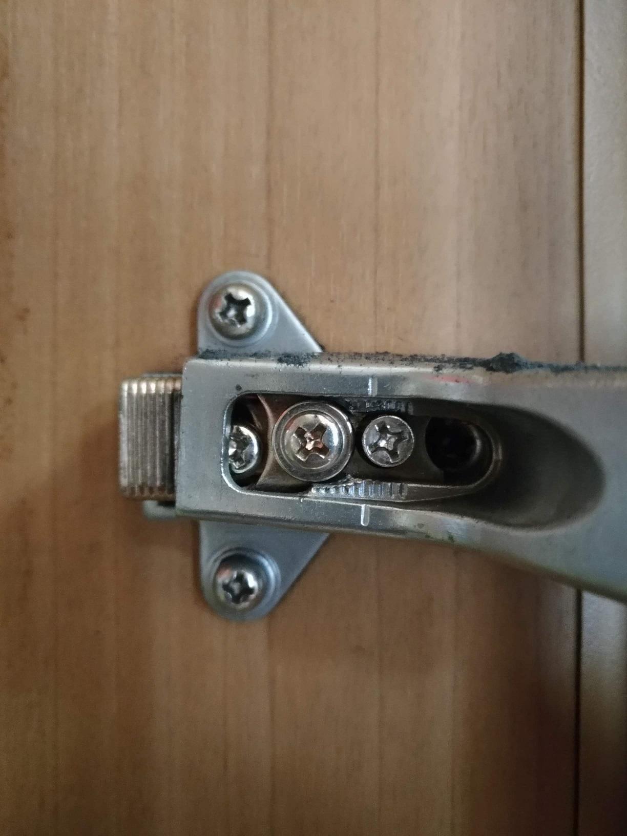 上下のビスは座金の固定用。真ん中のビスは左から扉上下調節ねじ、本体固定ねじ、かぶせ量調整ネジとなっています。