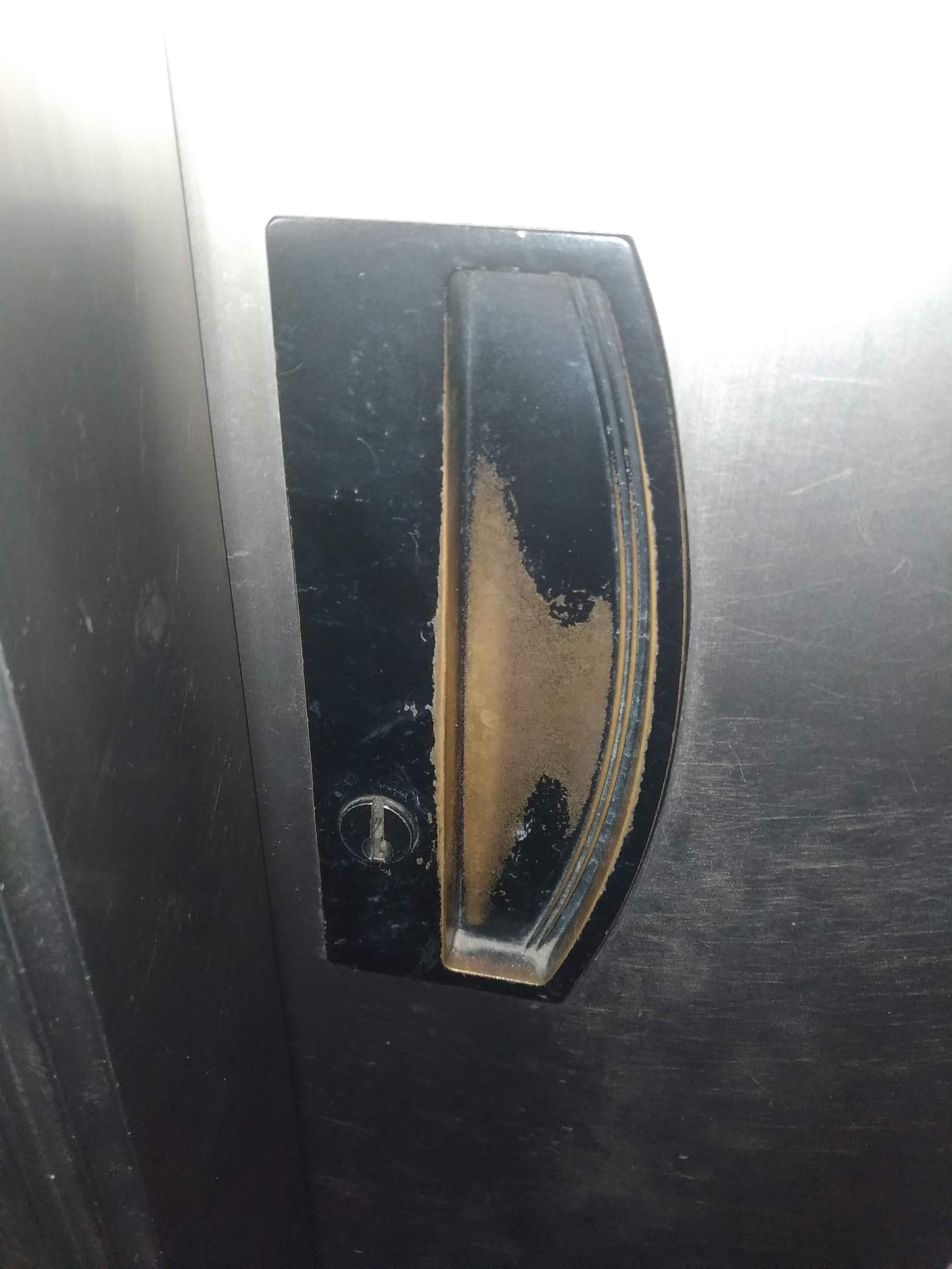 戸先錠内側、サムターンが折れてなくなっています。
