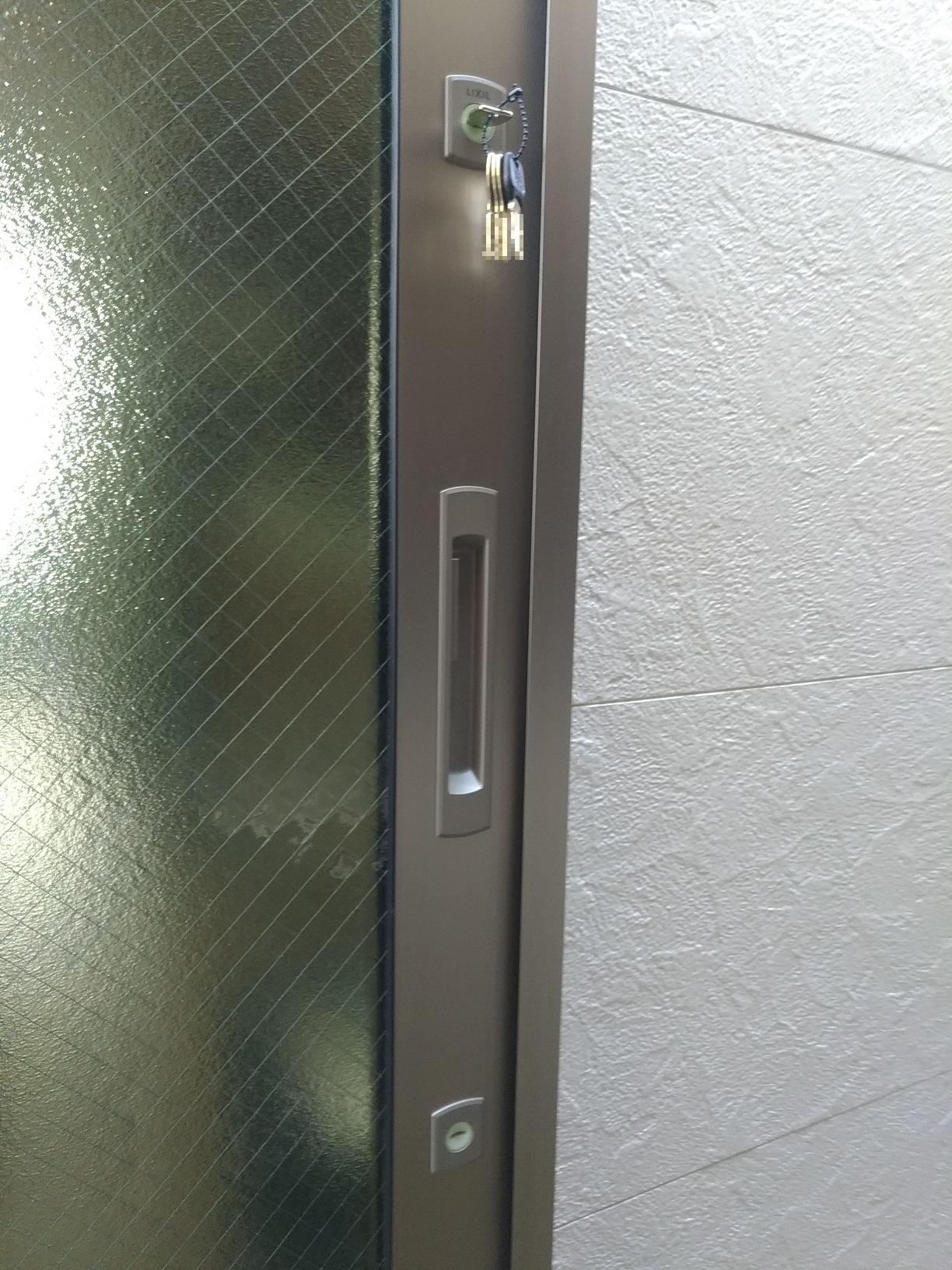 シリンダーはホコリの侵入を防ぐシャッターとすり鉢状の蓄光プラスチック付き。この裏側がサムターンになっています。