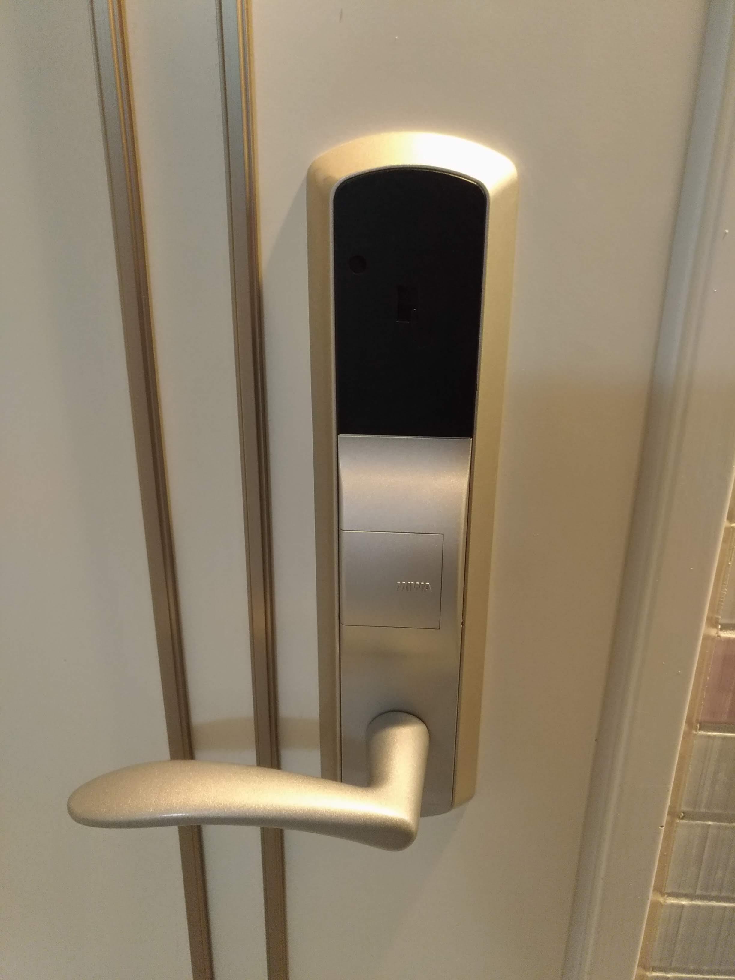 レバーのすぐ上にあるカバーを外すと非常解錠用シリンダーがあります。