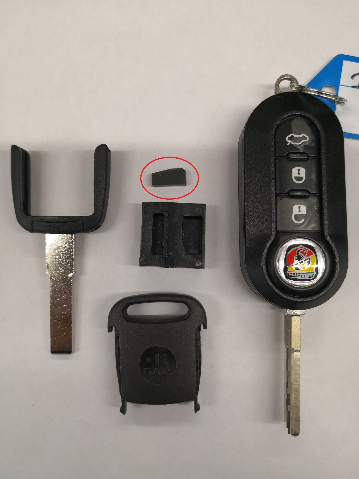 右が純正キー。左がカット前のブランクキーと赤丸はイモビライザーのカーボンチップです。