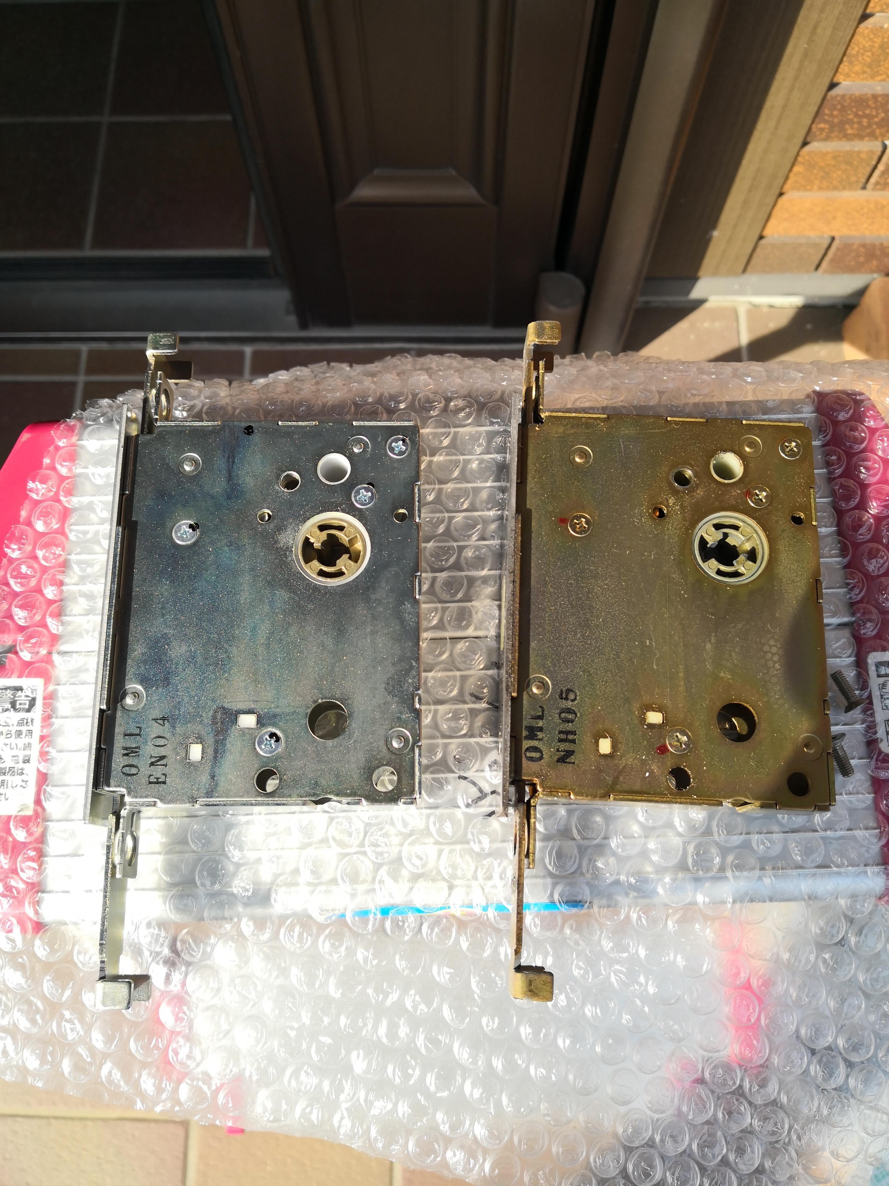 左が新品。右が既設錠です。