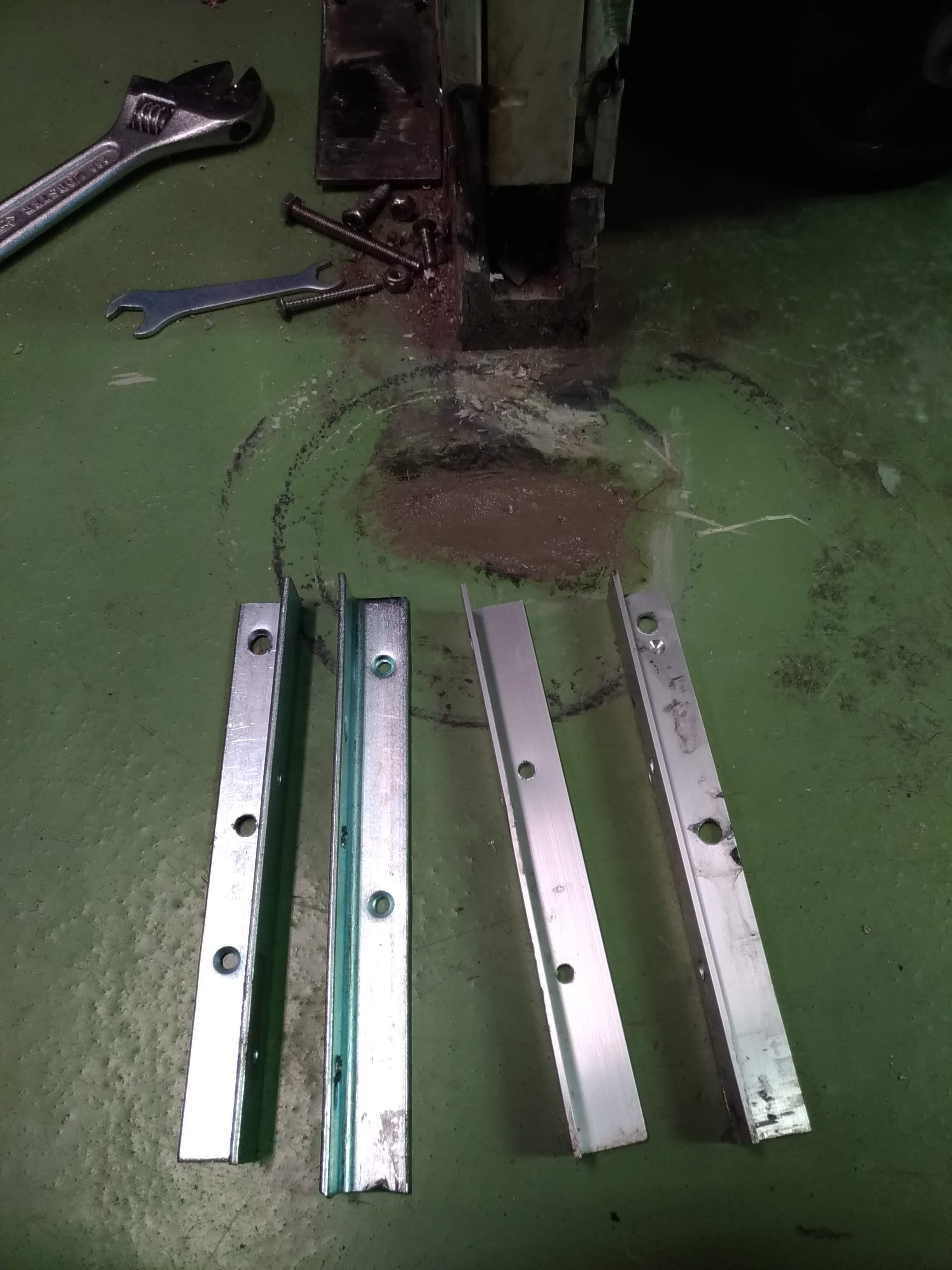 以前修理した業者さんは枠をアルミアングルで補強していましたが、より強度を出すために鉄製アングルを加工して取り替えます。
