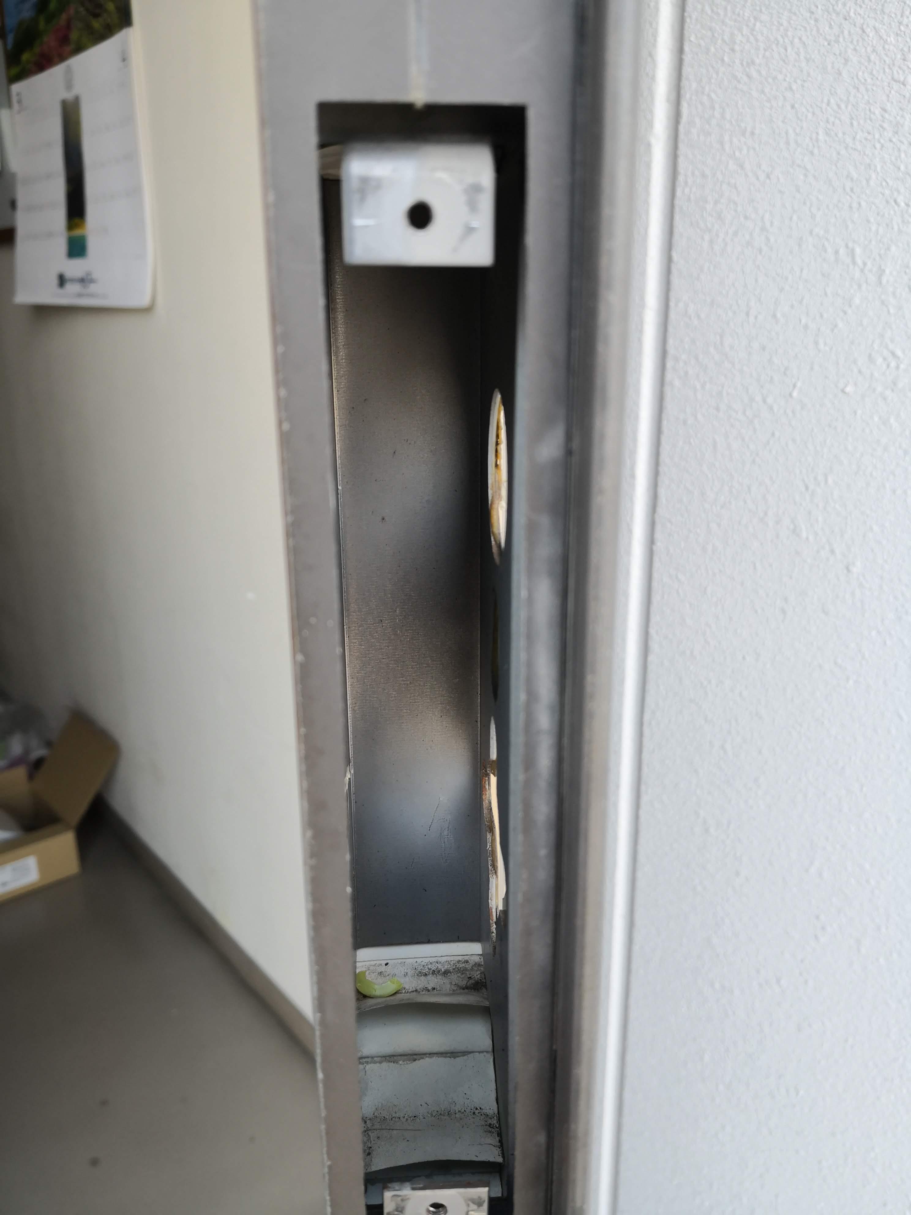横から。奥に補強用の鉄板がついています。