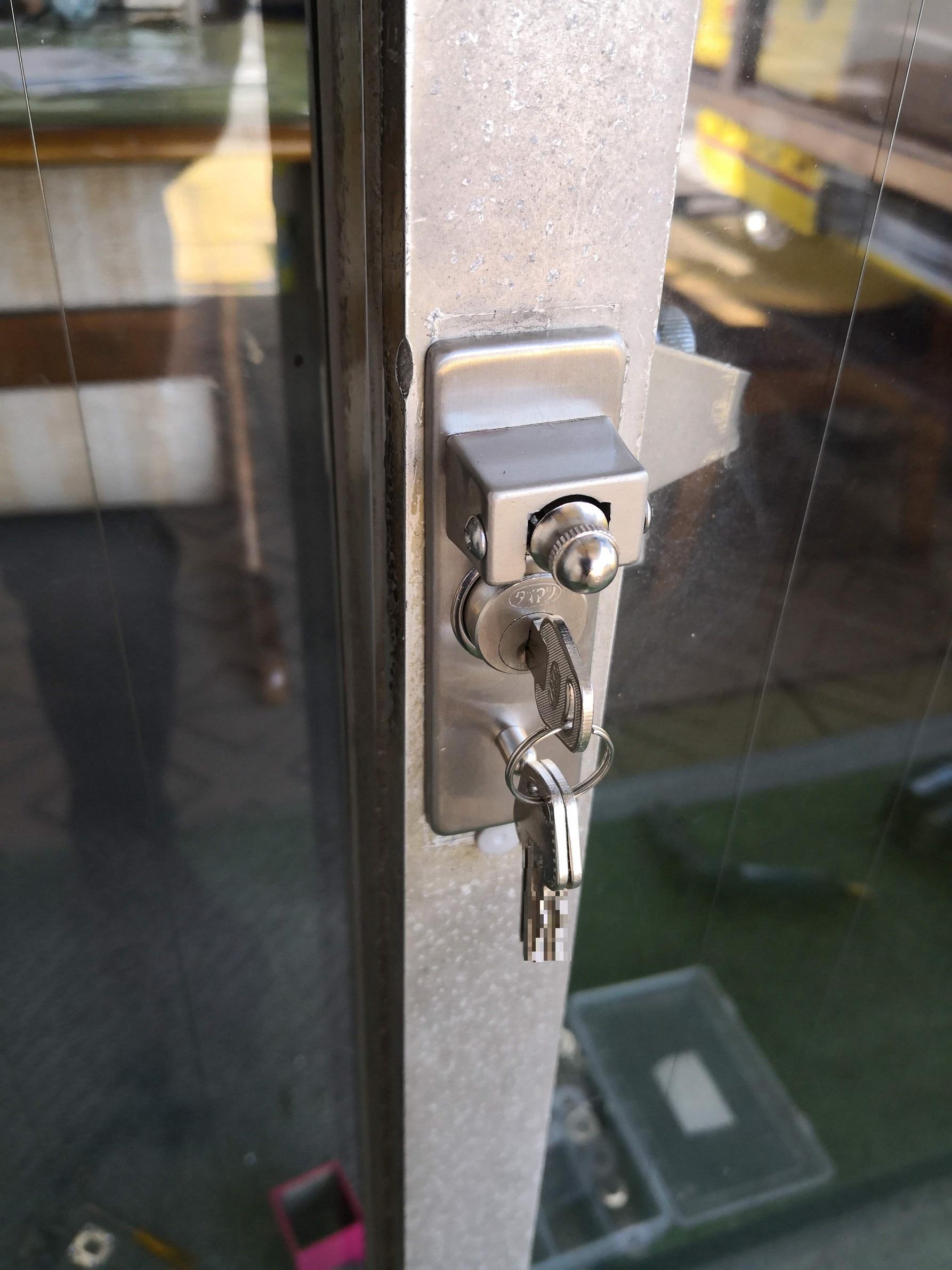 棒を差し込んで鍵を回して施錠