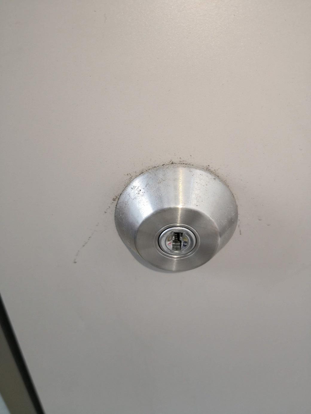 補助錠のシリンダー。こちらは縦向きで正常です。