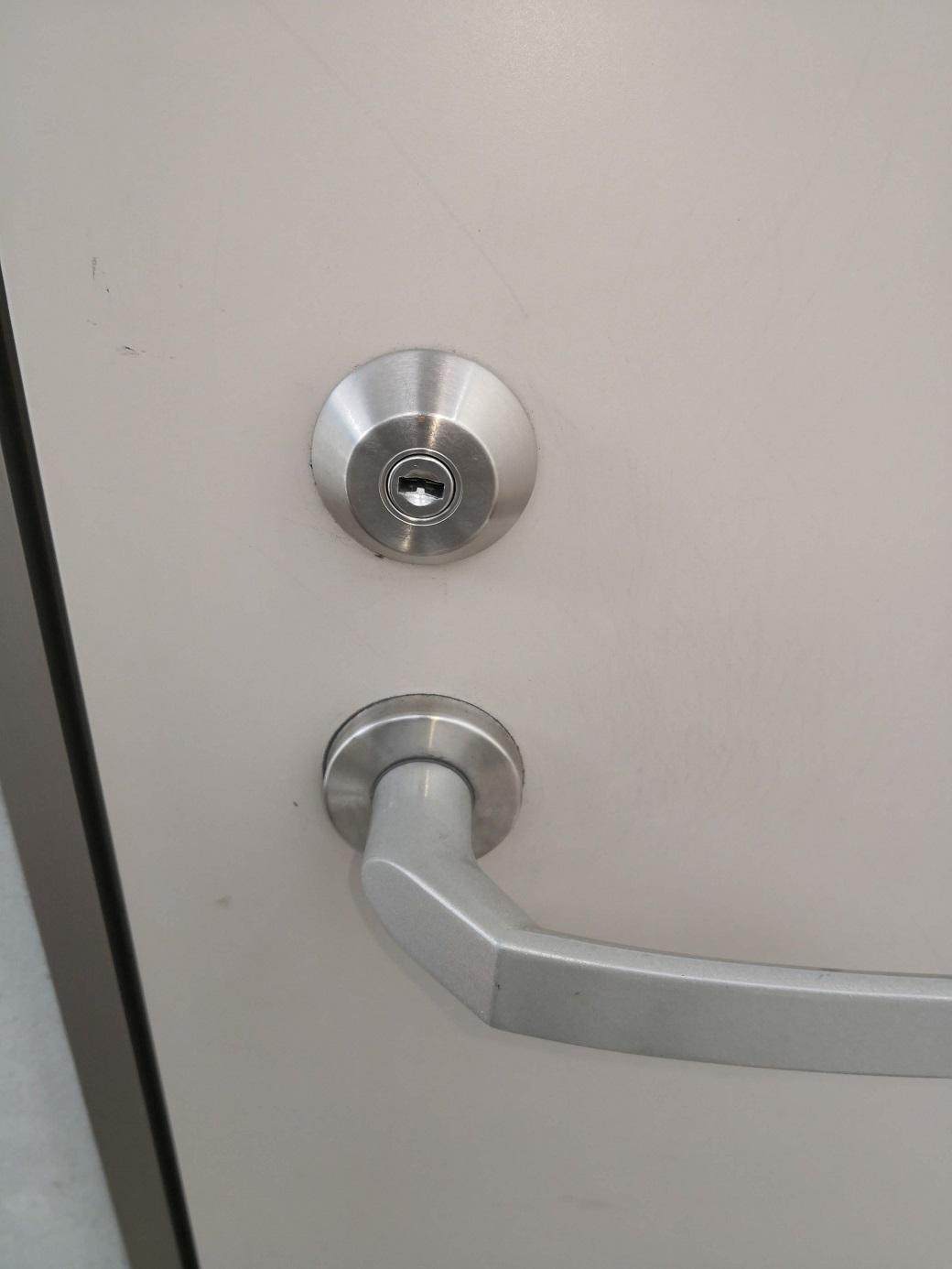 主錠のシリンダー。正規の位置ではない横向きになっています。