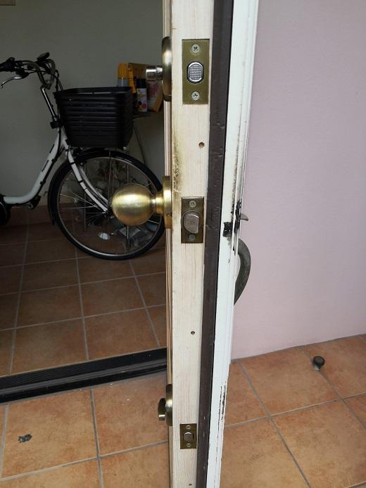 下についているのが補助錠のデッドボルトです。