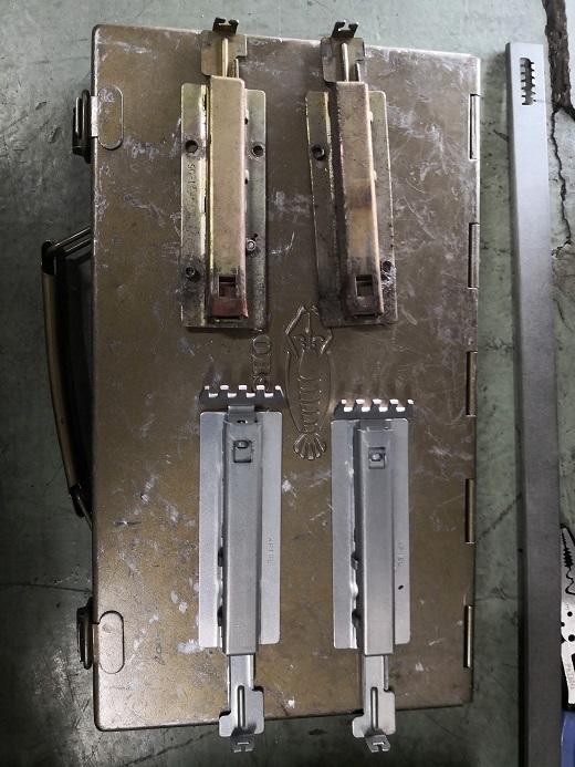 上が既設シャッターラッチで先端が折れてなくなっています。下が新品です。