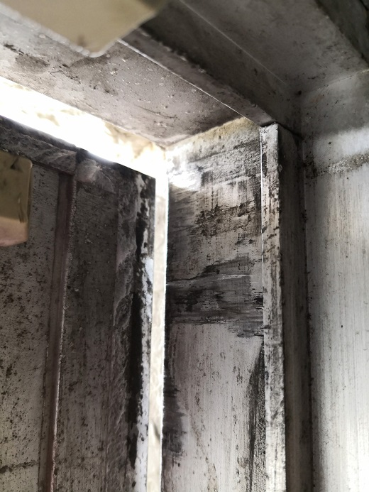 扉が傾き、戸先上部が枠に当たっています。