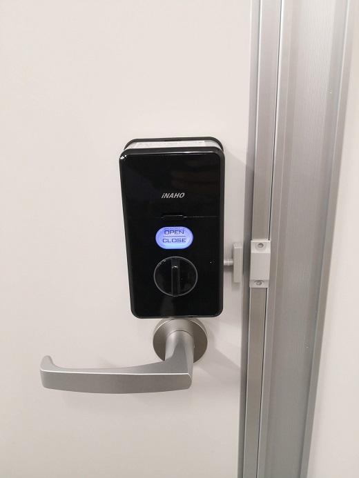 閉扉するとマグネットセンサーが反応して開錠ボタンが点灯後施錠します。