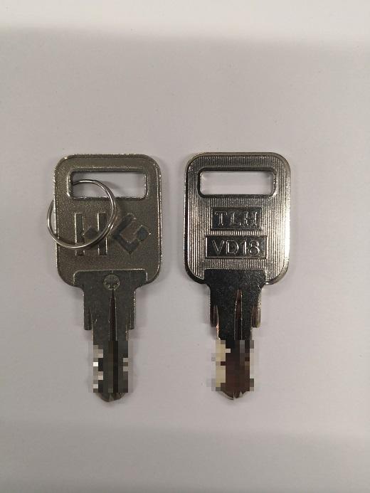 ハードグラス工業 純正キーの刻印は「HG 」 ブランクキーは「 TLH VD18」です。