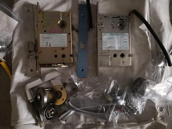 左が既設電気錠、右が代替品の電気錠「MIWA ALT50-1HS」
