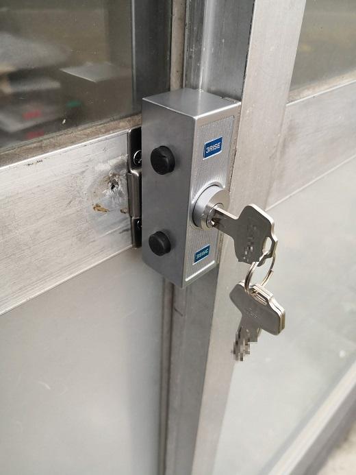 鍵をさしたら押し込みながら90度捻ってから元に戻して施錠