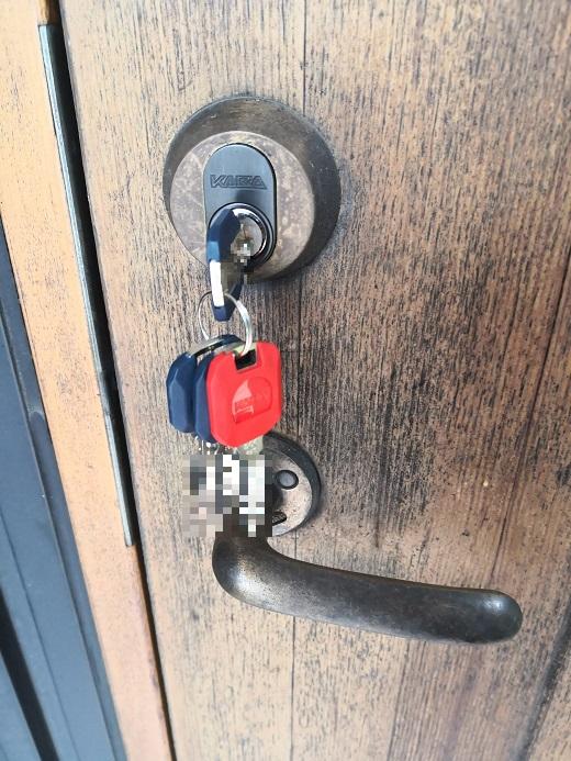 赤いキーキャップは現場で作製したスペアキーです。赤以外にも白・緑・黒・紺色がお選びいただけます。