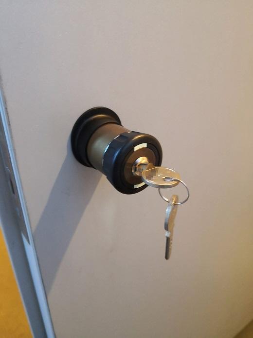 鍵穴が横向きだと外出モードでサムターンが空回りし手で開け閉めできません。