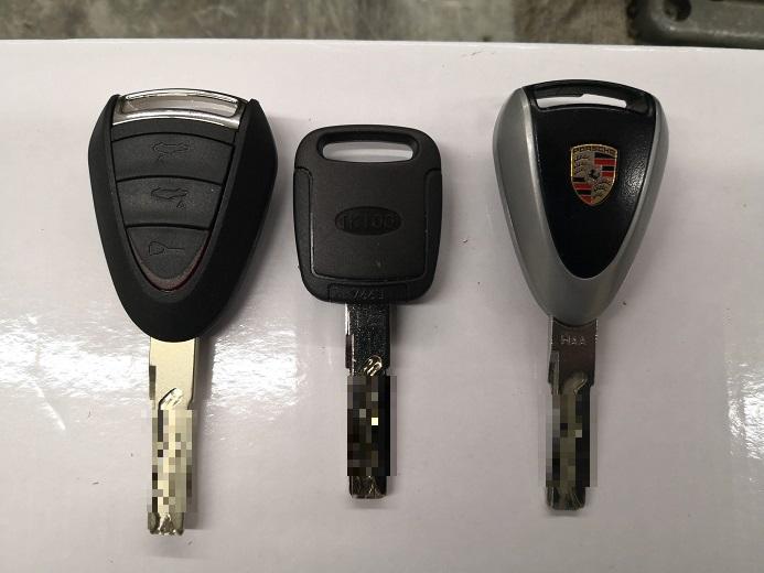 左からお客様持ち込み、当店のブランクキー、元鍵です。持ち込みブランクキーのカット代はサービスさせていただきました。