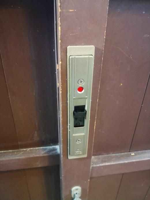 サムターンを上げると施錠して赤いマークが出ます。