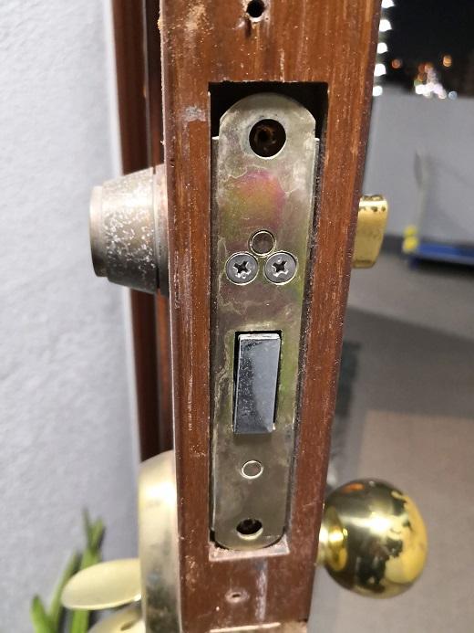 シリンダーの固定方式はフロント側からビス一本留めです。