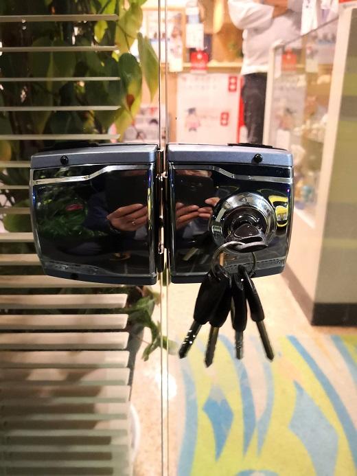 謎の韓国製強化ガラス扉専用錠。