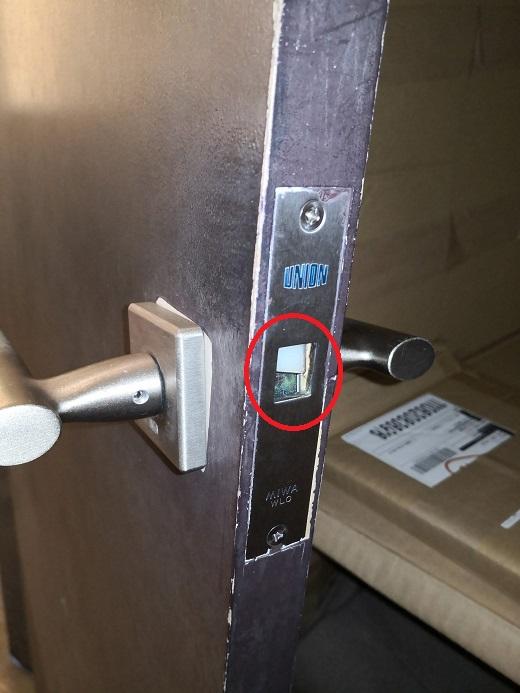 フロント刻印「UNION MIWA WLO」赤丸部分のラッチが破損して錠ケースの中に入り込んでしまっています。