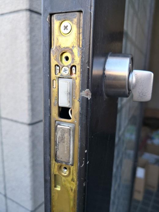 シリンダーとサムターンの固定方式はフロントからのピンとサムターン側からのビス留め併用方式です。