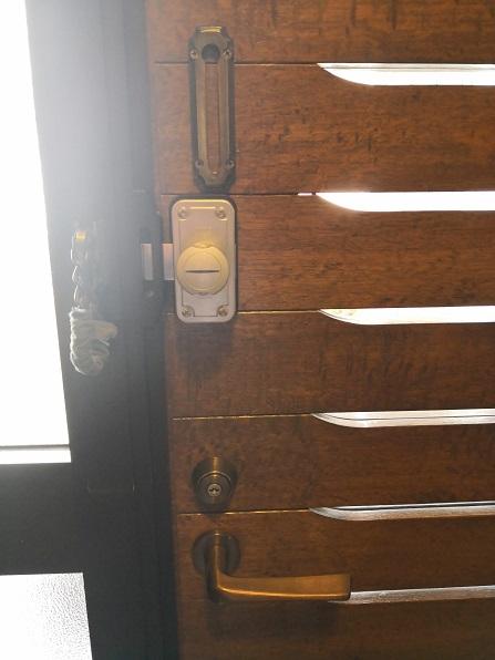 室内側「MIWA ND2R-1AT」スイッチ式サムターンです。本来サムターンがついている場所にU9を移設しました。