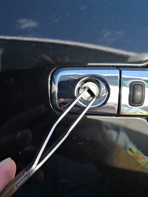 運転席側後ろ倒しで解錠です。