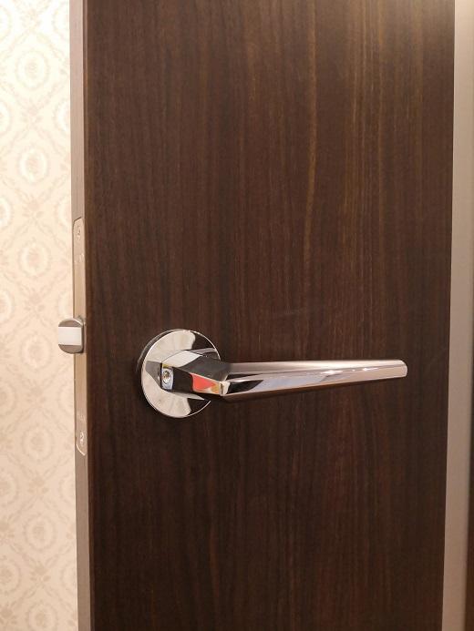 既設錠はレバーハンドルのみの空錠です。