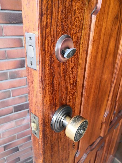 既設サムラッチ空錠は室内側はドアノブになっています。