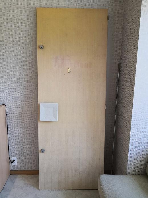 店内に鎮座する木製ドア