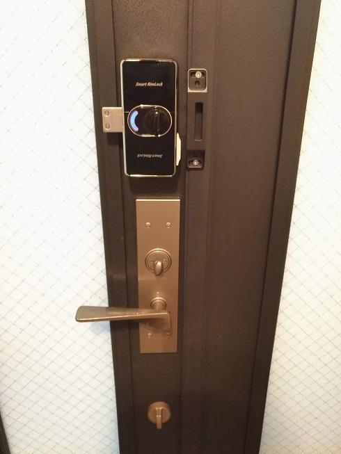 室内側。押しボタンかサムターンどちらでも施錠解錠できます。