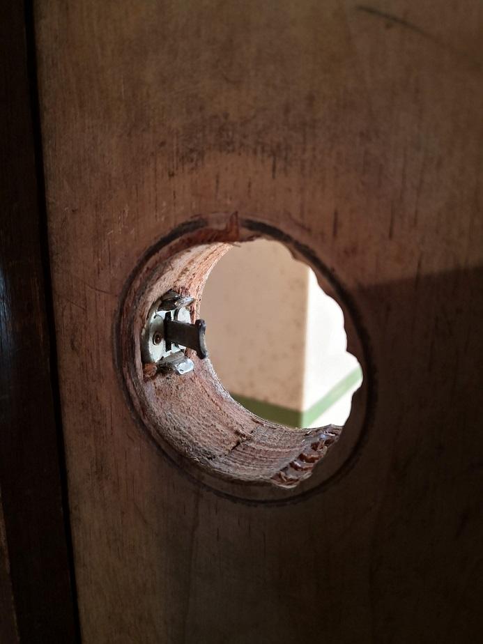 円筒錠は結構大きな穴が開けてあります。