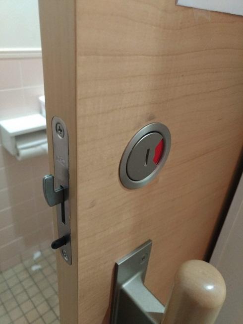 施錠時(黒い部品がトリガーとなっているため通常は閉扉時にしか鎌は出せません)